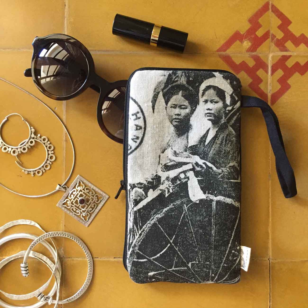 Collection Indochine B&W phone pouch
